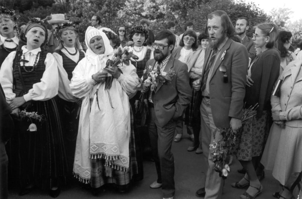 """1986-ųjų """"Poezijos pavasaris"""" Kaune. Lakštingalų slėnin atidainuoja (viduryje, iš kairės) Veronika Povilionienė, V.Braziūnas, Valdas Kukulas... (Romualdo Rakausko nuotrauka)"""