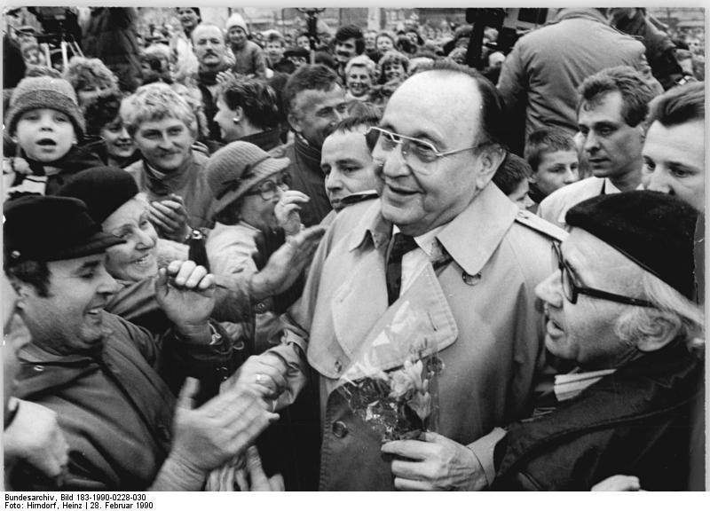 """Vakarų Vokietijos užsienio reikalų ministras H.D.Genscheris 1987 m. akcentavo būtinybę """"suteikti M. Gorbačiovo reformoms šansą""""."""
