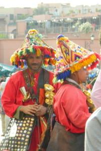 Miestų gatvėse galima sutikti spalvingai vilkinčių marokiečių. Seniau taip rengdavosi vandens išnešiotojai. Asmeninio archyvo nuotr.