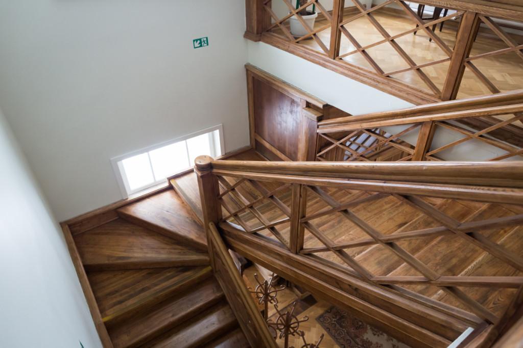 Išlikę autentiški laiptai kartais paslaptingai girgžda. M. Ambrazo nuotr.
