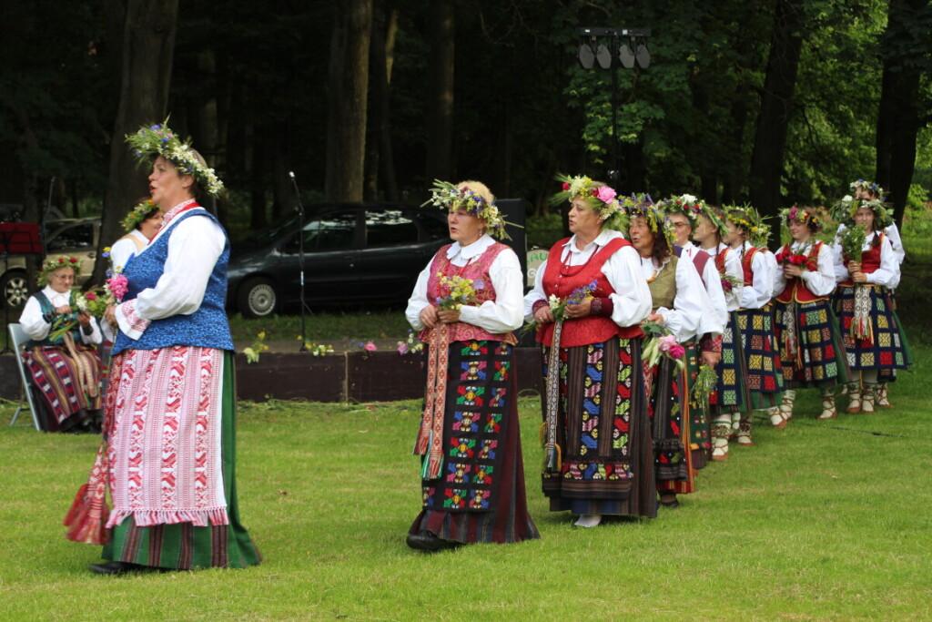 """Joninės Gelgaudiškyje. Folklorinis ansamblis """"Šilupė""""."""