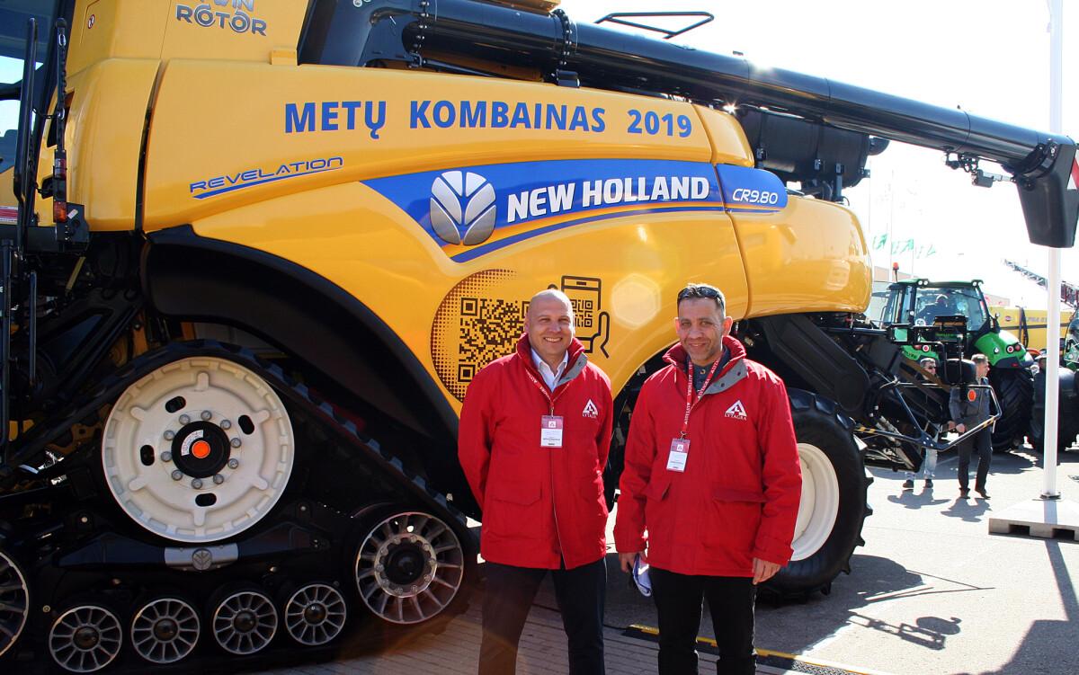 """AB """"Lytagra"""" NEW HOLLAND technikos grupės vadovas R. Chositašvili (dešinėje) ir NEW HOLLAND kombainų produktų vadybininkas Virginijus Novošinskas prie galingiausio NEW HOLLAND CR serijos kombaino."""