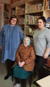 Gelgaudiškio bibliotekos darbuotojos (kairėje) L.Uždravienė ir J.Būblaitienė su vyriausia bibliotekos skaitytoja 90 metų Klemute Šimaitiene (viduryje).