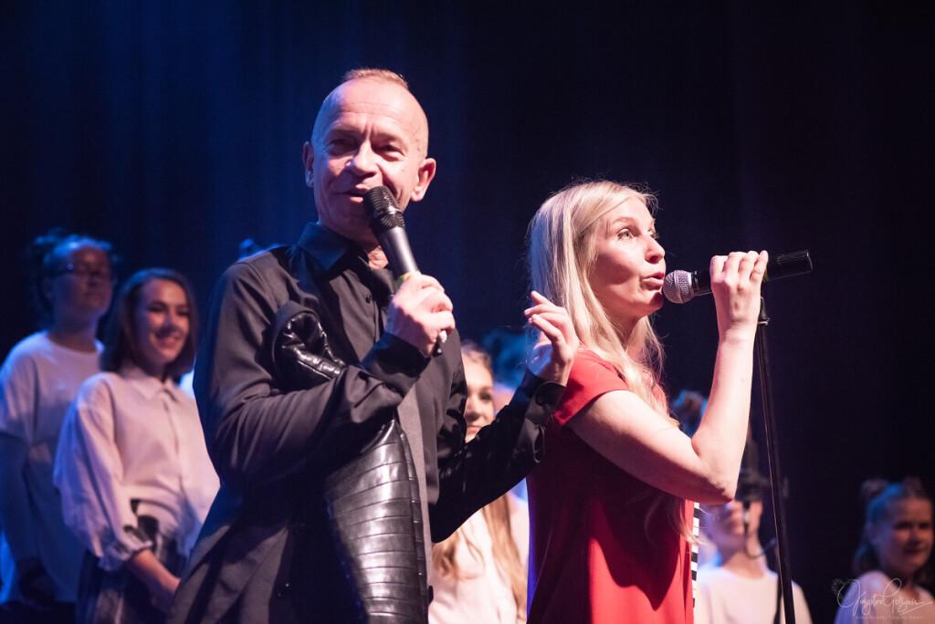 L. Remeikienė dainuoja su Kastyčiu Kerbedžiu.
