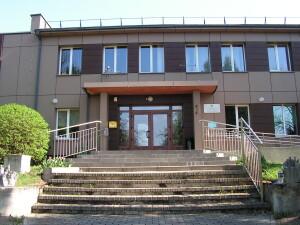 Seniūnijos administraciniame pastate, be seniūnijos darbuotojų, įsikūrę kultūros namai, yra bendruomenės salė, medicinos punktas.