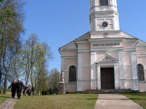 Neoklasicizmo stiliaus mūrinė šv. Onos bažnyčia.