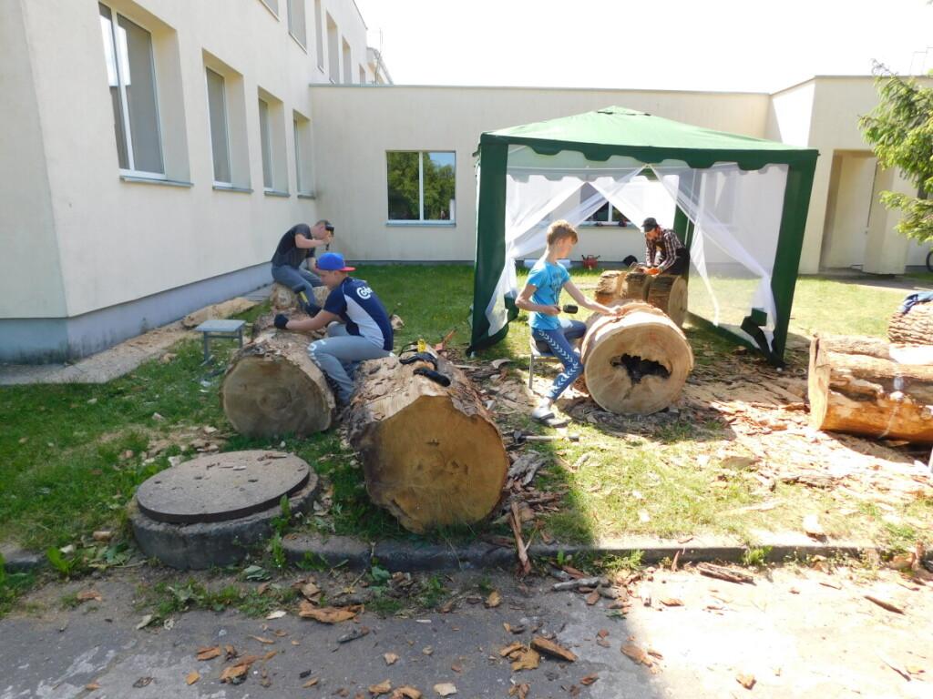 Vaikai nuo mažumės mokosi drožti medį