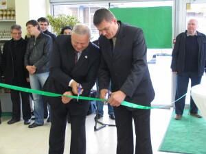 Prieš dešimtmetį ūkininkas A.Čimolonskas (dešinėje) su Panevėžio rajono meru Povilu Žaguniu atidarė turgavietę po stogu, kurioje savo produktais prekiauja ir kiti ūkininkai.