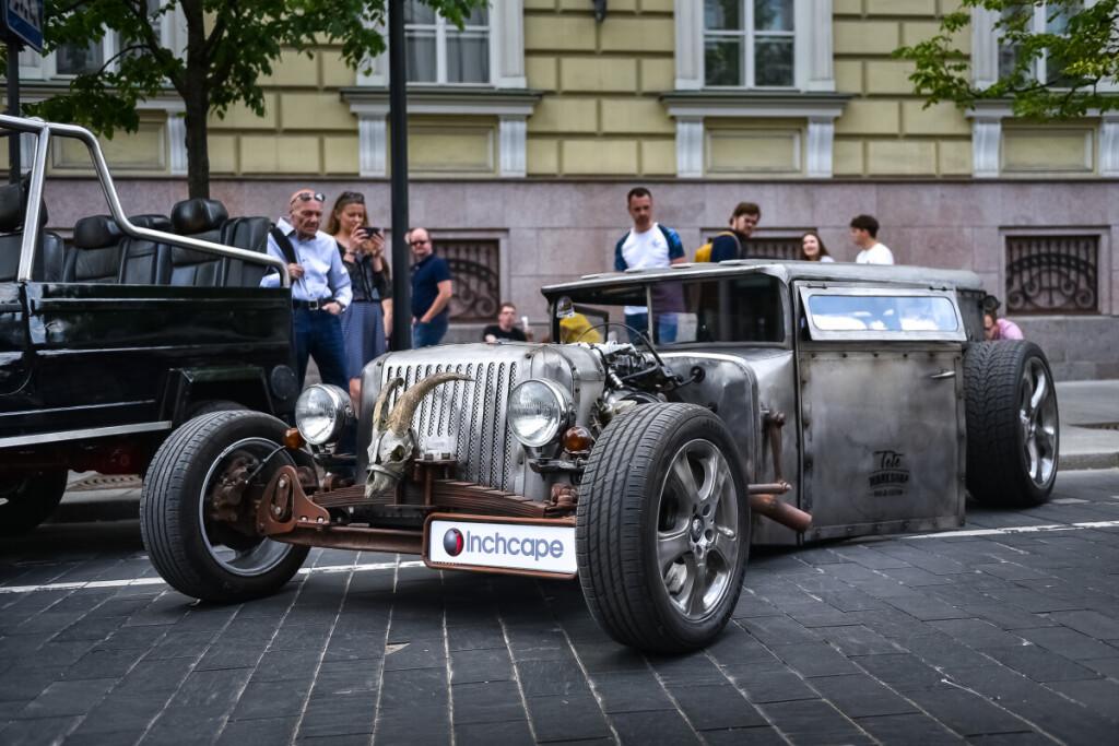 """Bene įdomiausias automobilių fiestos """"Memel Motor Fest 2019""""eksponatas – vilniečio V.Noreikos sukonstruotas automobilis, pavadintas """"Sidabriniu karstu"""". Vytauto Pilkausko nuotr."""