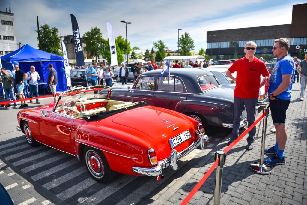 """Publikos simpatijas pelnė 1958 m. gamybos """"Mercedes-Benz 190 SL"""" kabrioletas, kuris yra vienintelis toks Lietuvoje. Vytauto Pilkausko nuotr."""