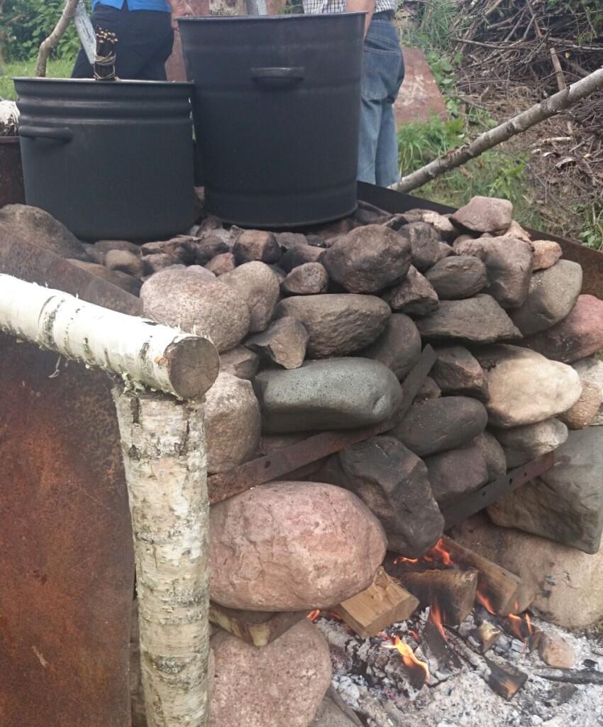Puoduose šildomas vanduo pilamas ant karštų akmenų. Asmeninio archyvo nuotr.