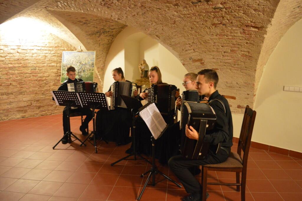 Jaunieji Veisiejų akordeonistai kultūros židiniu tapusiame regioninio parko lankytojų centre.