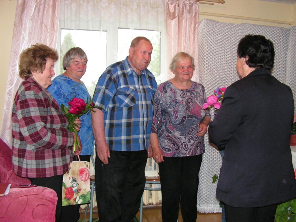 Moterys dėkoja Alfutei ir Antanui, kad jų namai visą mėnesį buvo kaimo tikinčiųjų susirinkimo vieta. Asmeninio archyvo nuotr.