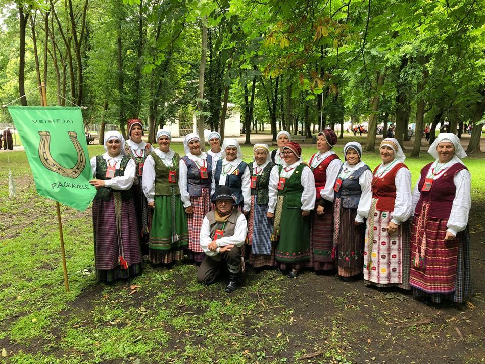 """Veisiejų kultūros namų folklorinis ansamblis """"Packavėlė"""". Jo repertuare daug Veisiejų krašto liaudies dainų, ratelių."""