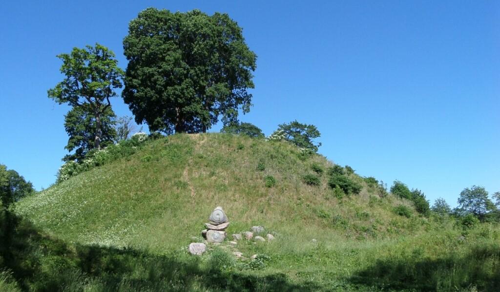 Šalia dvaro yra piliakalnis, vadinamas karalienės Bonos pilimi.