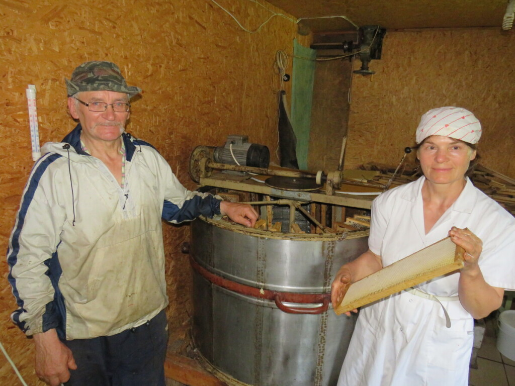 Žmona Violeta padeda vyrui įtempčiausiu sezonu. JI rūpinasi medaus sukimu. Asmeninio archyvo nuotr.