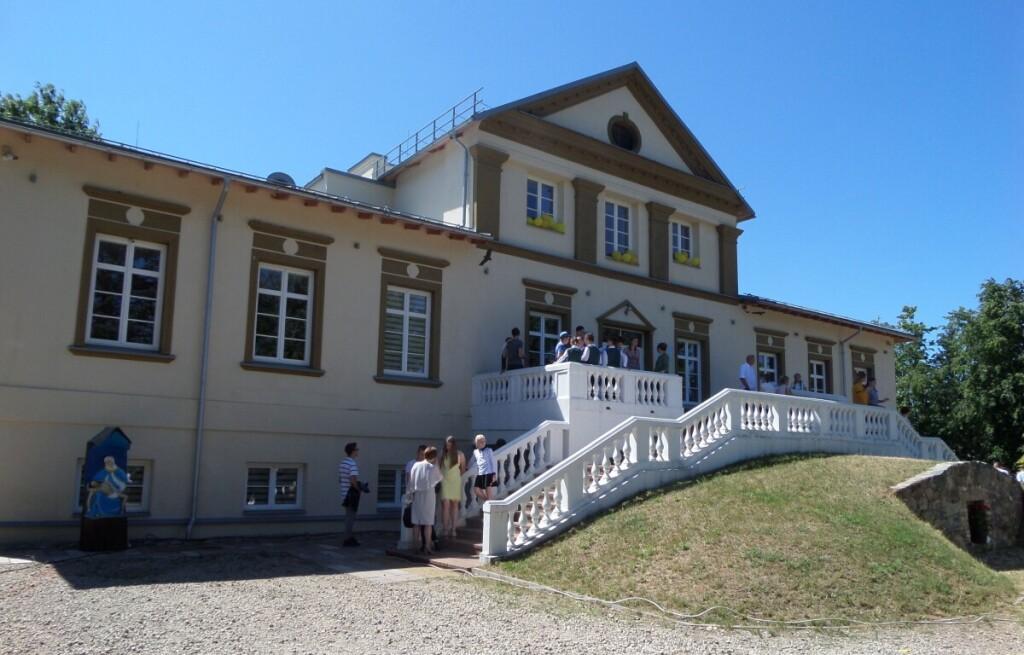 Bajorų Houvaltų giminės rūmai tarnauja miestelio gyventojų ir svečių poreikiams.