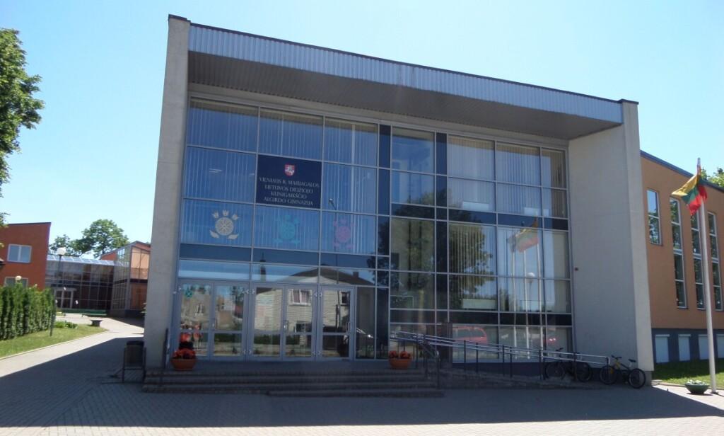 Miestelio centre – Lietuvos didžiojo kunigaikščio Algirdo gimnazija.