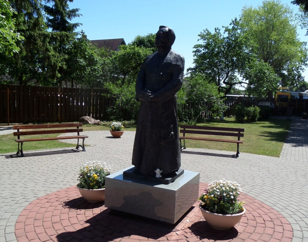 2013 metais atidengtas bronzinis paminklas kunigui J.Obrembskiui.