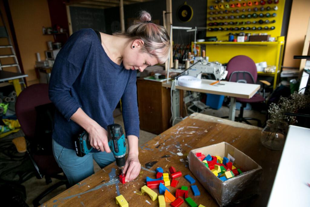 """""""Dirbdama tokį darbą turiu mokėti ir šlifuoti, ir kalti,ir dažyti,ir lakuoti. Bandau tiek kartų, kol man pavyksta"""", - sako R. Gabalaitė."""