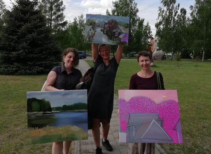 Daugiausia į Veisiejų plenerą suvažiuoja tapytojų, kurių darbuose atgimsta miestelis ir jo apylinkės.
