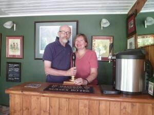Aldonos vyras Andrew Dorrity per Skiautinių dieną pilstė savos gamybos gėrimus.