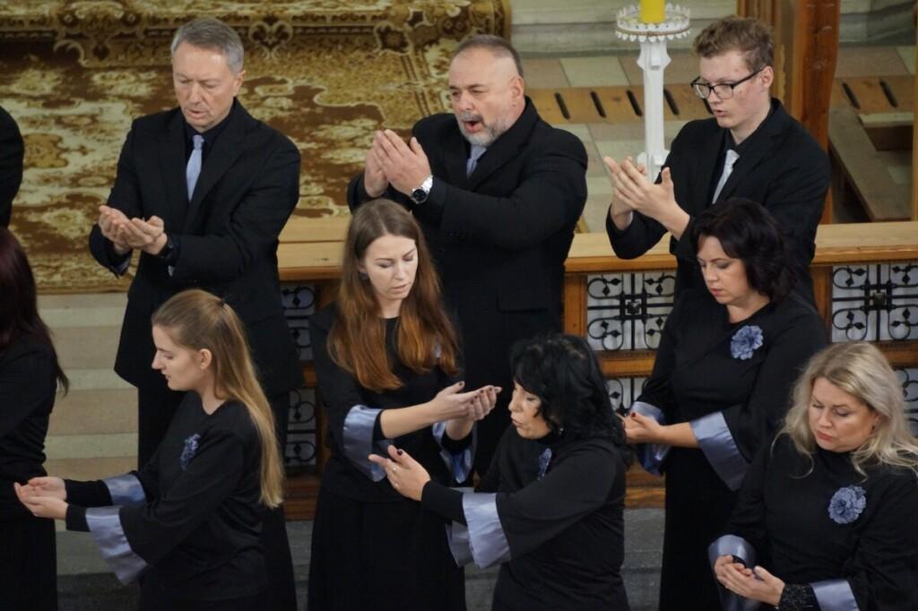 """Chorai ir vokaliniai ansambliai iš visos Lietuvos suvažiuoja į sakralinės muzikos festivalį """"Giesmė"""", kuris rengiamas Sintautų bažnyčioje."""