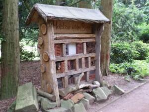 Vabzdžių namams naudojamos įvairios gamtinės medžiagos: medinės kaladėlės, šakos, šiaudai, kankorėžiai, lapai, žievė ir pan.