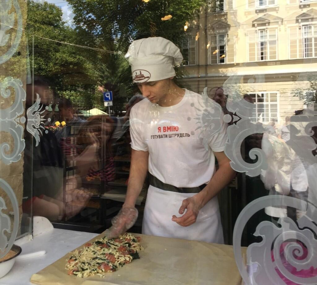 Šalia kavos būtinai paragaukite austriško obuolių pyrago (štrudelio) - viduryje gali slypėti saldus ir ne tik įdaras. Padažą pasirinksite patys..