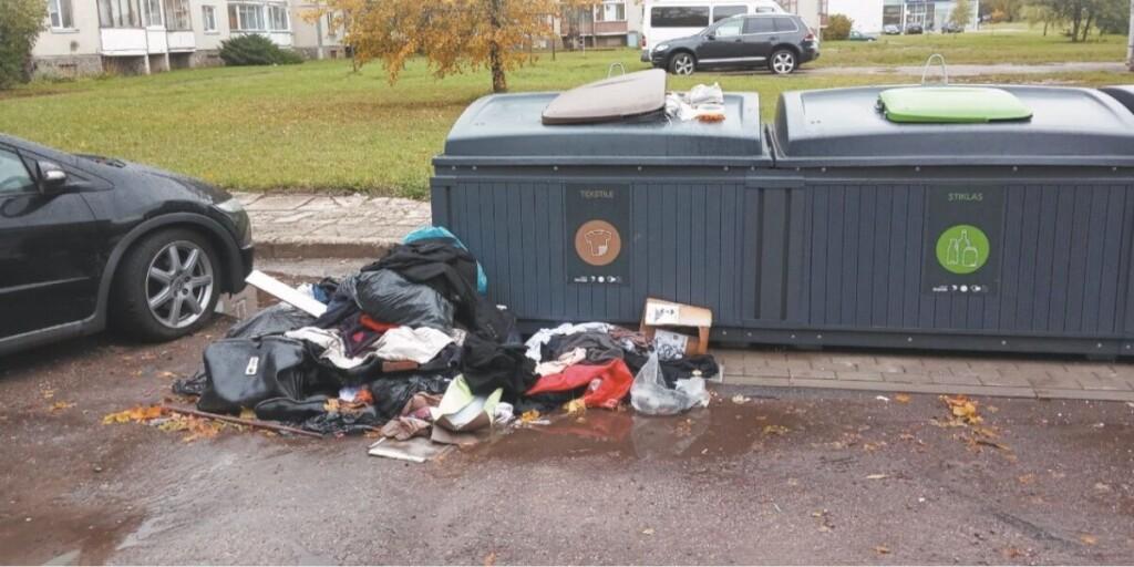 Nors nuotraukoje užfiksuotas perpildytas tekstilės atliekų konteineris, savivaldybės Bendrojo skyriaus vedėjas tikina, kad tokios situacijos itin retos, mat tekstilės konteineriai tuštinami net dažniau, nei priklauso pagal grafiką. / Skaitytojo nuotr.