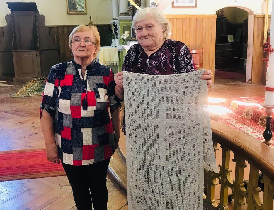 Onuškietė E. Skrodienė (dešinėje) dailiais užtiesalais ir nėriniais papuošė Onuškio bažnyčią.