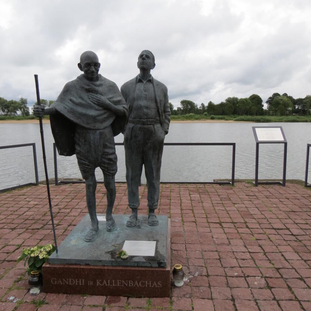 2015 m. Rusnėje atidengta skulptūra Indijos nepriklausomybės patriarchui Mahatmai Gandžiui ir jo bendražygiui rusniškiui litvakui Hermannui Kallenbachui.