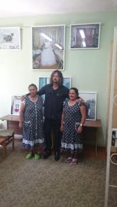 Fotografijų parodos apie romus autorius Andrew Miksys su vietiniais romais. A.Deveikienės nuotr.