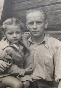 Dukra tėvą matydavo retai. Istorinėje nuotraukoje iš naujojo albumo – vienas iš retų Auksutės susitikimų su tėvu.