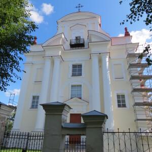 Bažnyčios architektūroje persipina baroko ir klasicizmo formos.