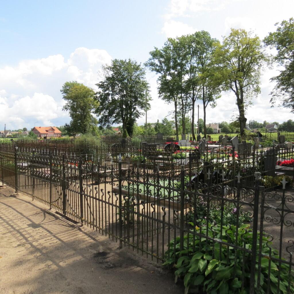 Pamario kapinėse ypač išsiskiria kapavietės, aptvertos aukštomis metalinėmis ažūrinėmis tvoromis.