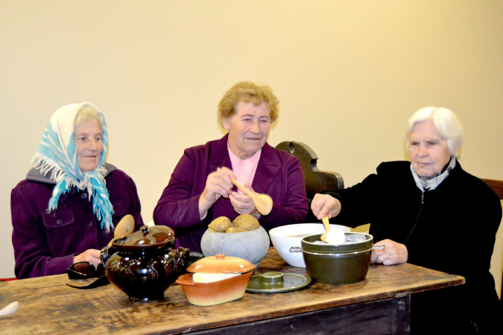 Prie Janinos Vaičekonienės ūkiškų patalkių stalo kaimynės: Palma Antanavičienė (kairėje), Adelė Straževičienė ir Bronė Jarmalavičienė. Reginos VAIČEKONIENĖS nuotr.