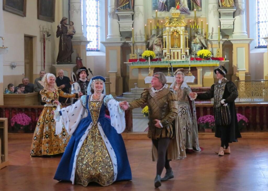 """Hubertinės prasidėjo dvarų šokiais, kuriuos atliko istorinio šokio studija """"Baltoji pavana"""" ."""
