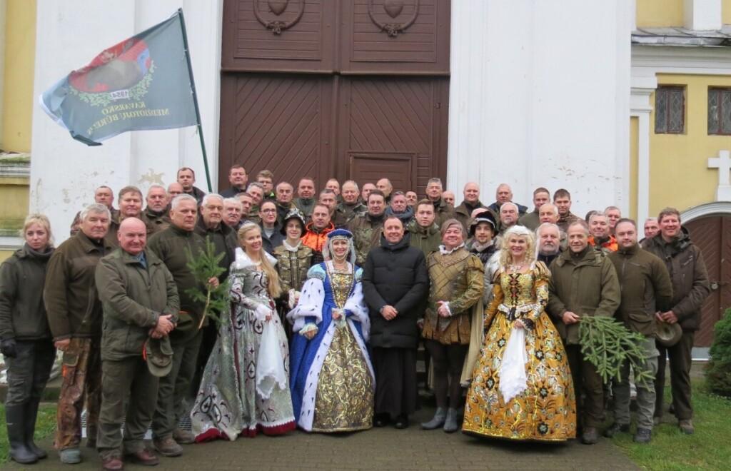 """Šv. Huberto – medžiotojų globėjo – dieną Kavarske šventė  dviejų būrelių – Kavarsko ir """"Ąžuolyno"""" – nariai. Bendra nuotrauka po šv. Mišių."""
