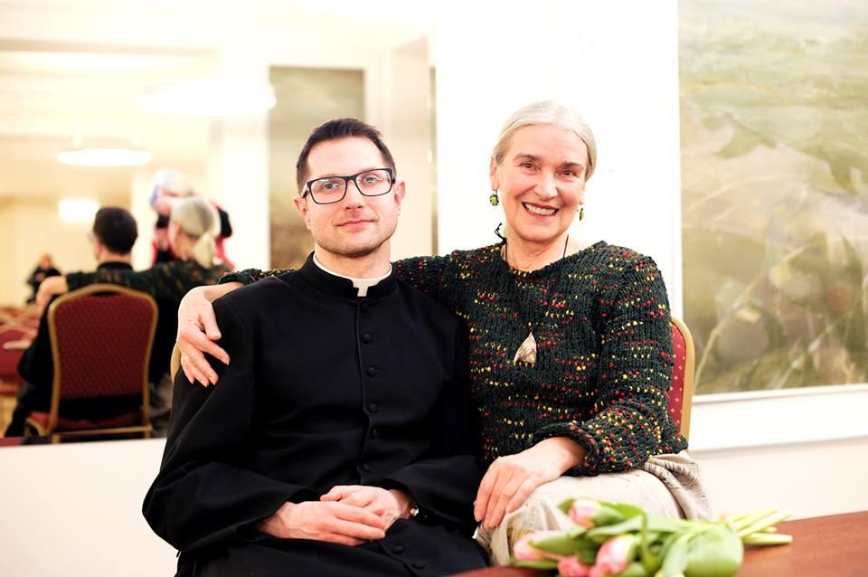 M.Bliumenzonienė mėgsta kunigo ir poeto Beno Lyrio kūrybą, jiedu draugai ne tik socialiniuose tinkluose.