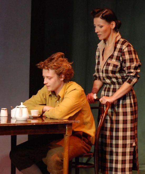 """Tenesio Viljamso """"Stiklinis žvėrynas"""" ilgiausiai – net 11 metų išsilaikė teatro repertuare. Motiną Amandą Vingfild vaidina -S. Šulc, sūnų Tomą Vingfildą – M. Zemleckas."""