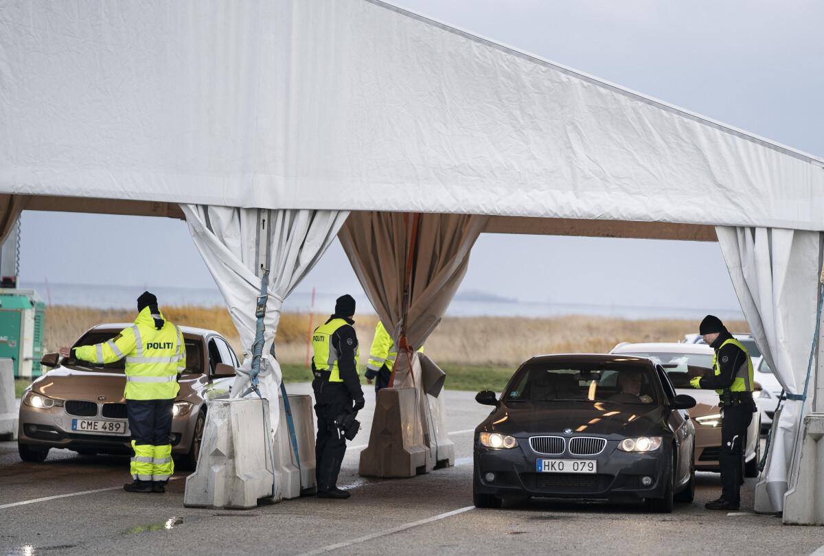 Danijos policijos pareigūnai tikrina simbolinę sieną kertančius automobilius.