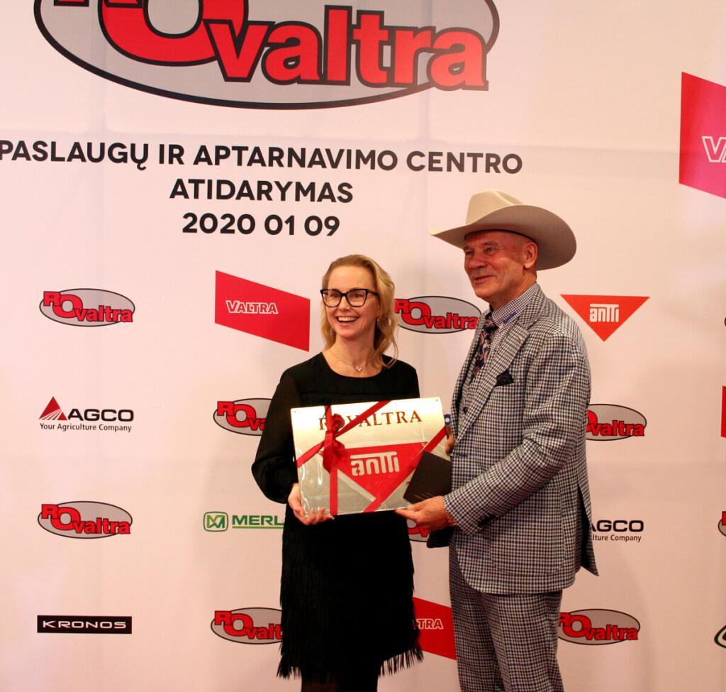 """Naujojo centro atidarymo proga R.Trainaitį sveikina džiovyklų ir grūdų ruošos įrangos gamintojos """"Antti-Teollisuus Oy"""" viena iš savininkių, Tarybos pirmininkė Kaisa Isotalo."""