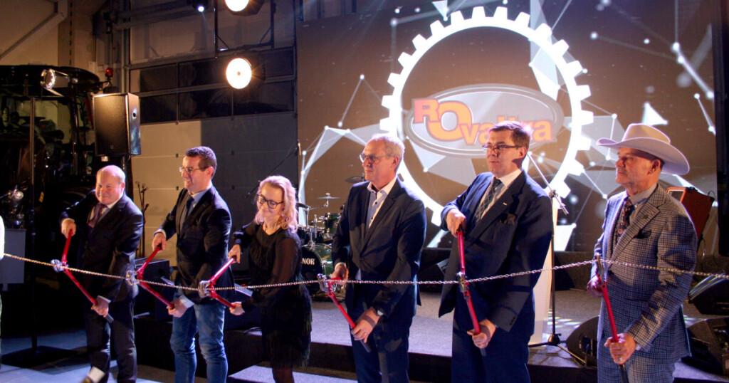 """Kauno r. meras V.Makūnas (pirmas iškairės), Italijos kompanijos """"Merlo"""" eksporto vadovas Alberto Dutto, """"Antti-Teollisuus Oy"""" viena iš savininkių, Tarybos pirmininkė Kaisa Isotalo, korporacijos AGCO viceprezidentas ir traktorių gamintojos """"Valtra"""" generalinis direktorius J.Rautjärvis, AGCO Šiaurės Europos ir Baltijos šalių plėtros direktorius Ch.Devantier ir UAB """"Rovaltra"""" generalinis direktorius R.Trainaitis iškilmingai perkerpa naujojo centro atidarymo grandinę."""