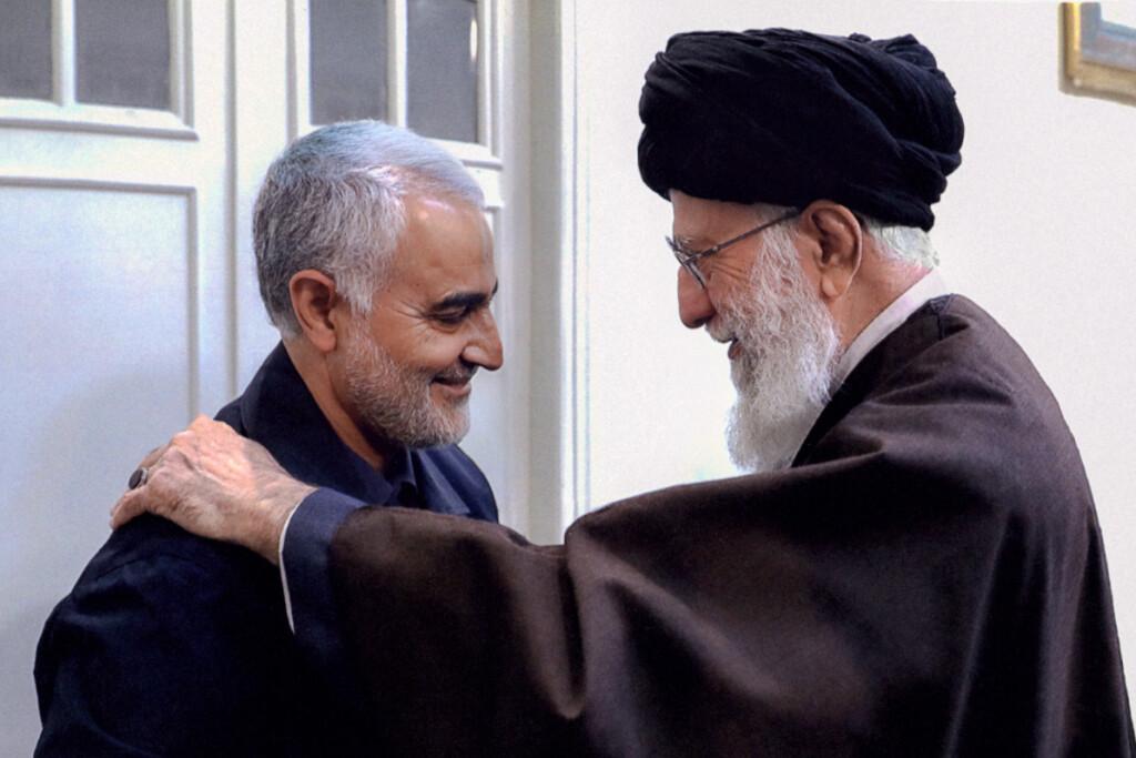 """""""Al Quds"""" pajėgų vadas generolas Q.Soleimanis (kairėje) buvo laikomas antruoju pagal įtaką po aukščiausiojo Irano dvasinio lyderio ajatolos A.Khamenei'aus."""