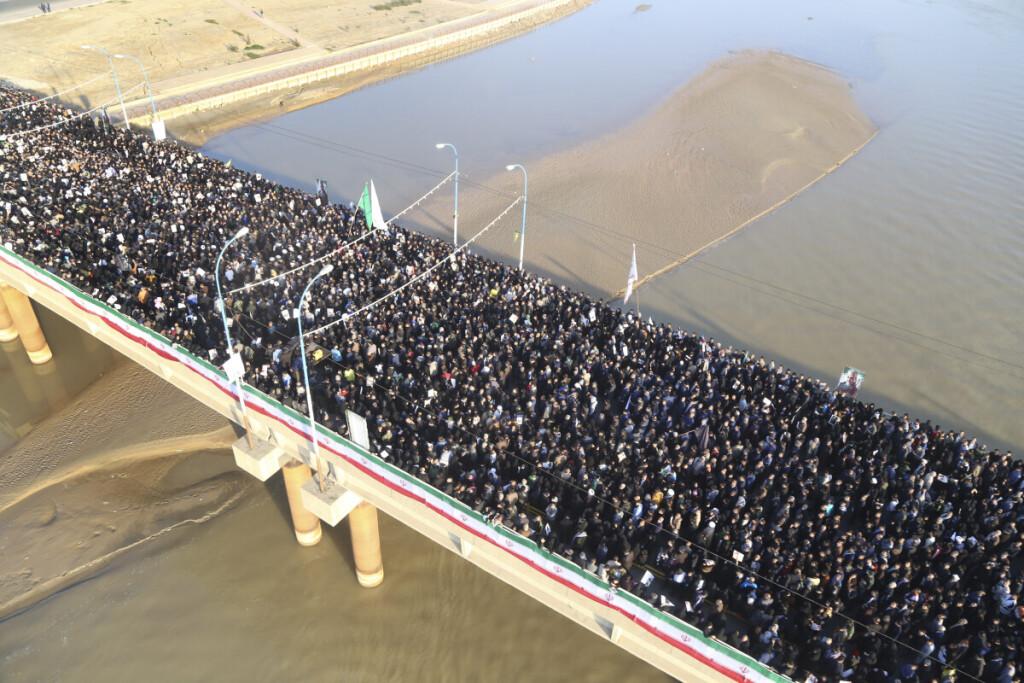 Minios žmonių Irane rinkosi į generolo Q.Soleimanio laidotuves.