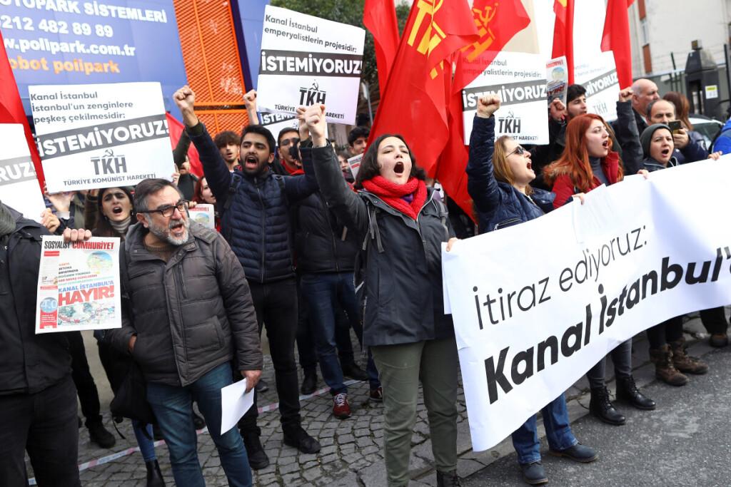 Stambulo gyventojai protestuoja prieš gigantišką Stambulo kanalo statybos projektą.