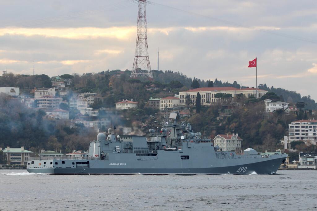 """Rusijos karo laivas """"Admiral Esen"""" Bosforu kanalu plaukia iš Juodosios jūros į Viduržemio."""