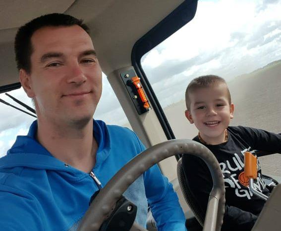 Mažasis Kasparas jau dabar noriai sėda į traktorių su Jonu, sako, jog užaugęs bus toks kaip tėtis.