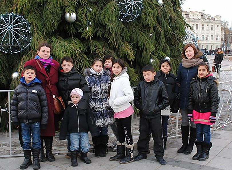 V. Fiokla Kiurė su Vilniaus romų taboro vaikais.